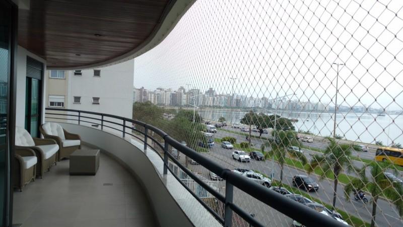 Fotos de instalações em janelas e varandas.